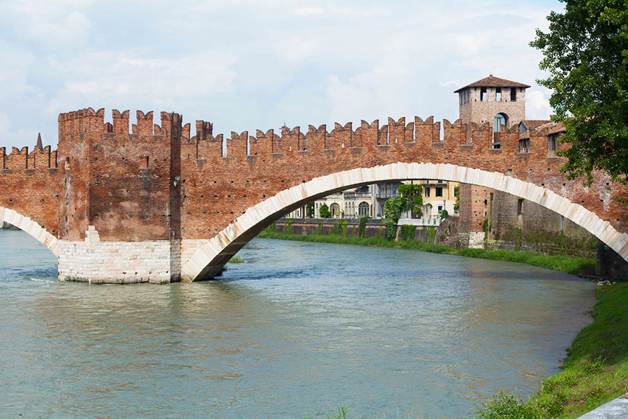 Ponte di Castelvecchio, which was faithfully rebuilt in the late '40s, thanks to WWII destruction.